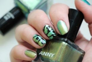 Мятный маникюр, зеленый дизайн ногтей с рисунком в виде крыльев бабочки