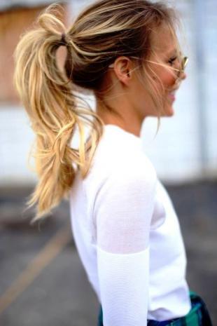 Мелирование на темные волосы, прическа для тонких волос - конский хвост с начесом