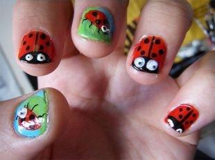 Красные ногти с рисунком, забавный маникюр с божьими коровками