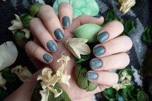 Дизайн ногтей, темно-зеленый маникюр со стемпингом