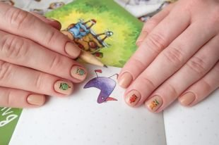 Бежевый маникюр, простой дизайн ногтей с наклейками - совы