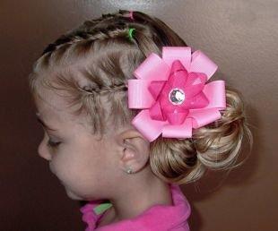 Прически на бок на средние волосы, оригинальная детская прическа на выпускной