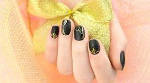 Дизайн ногтей, черный дизайн ногтей с золотым рисунком