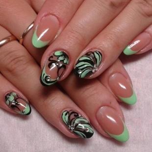 Рисунки на ногтях шеллаком, светло-зеленый френч с рисунками и стразами