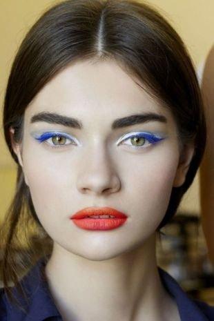 Летний макияж для зеленых глаз, макияж с синими стрелками