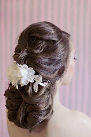 Темно русый цвет волос, свадебная прическа на длинные волосы с объемными локонами