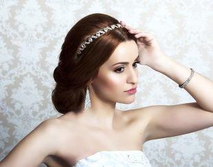 Коньячный цвет волос, свадебная прическа с ободком