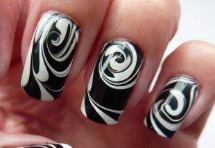 Абстрактные рисунки на ногтях, водный маникюр в черно-белом цвете