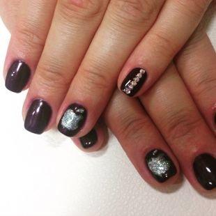 Рисунки блестками на ногтях, черный маникюр с серебристыми яблочками и стразами
