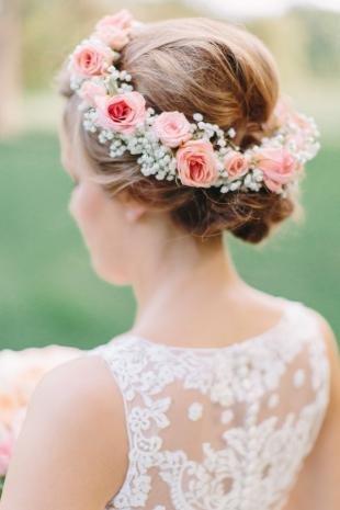Светло каштановый цвет волос на длинные волосы, прическа невесты с цветочным венком