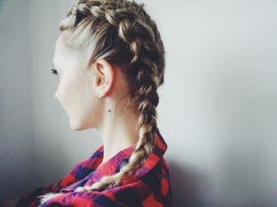 Темно русый цвет волос, прическа с косами для девушек