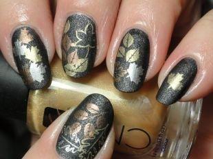 Интересные рисунки на ногтях, темный осенний маникюр с золотистыми листьями