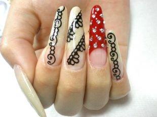 Маникюр с кружевами, дизайн нарощенных ногтей с ажурными узорами и камушками