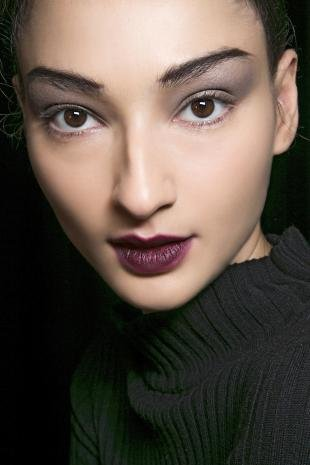 Макияж в цветах марсала, макияж миндалевидных глаз
