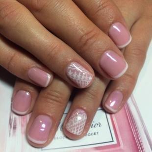 Розовый френч, нежный французский маникюр на коротких ногтях