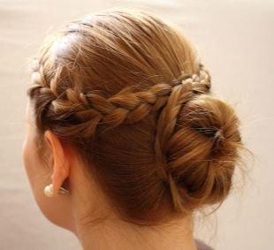 Карамельный цвет волос на средние волосы, низкий пучок с французской косой