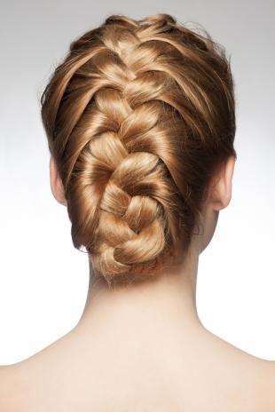 Золотисто медовый цвет волос, аккуратная прическа на основе французской косы