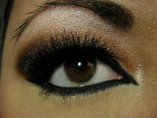 Восточный макияж для карих глаз, макияж смоки айс с широкими стрелками