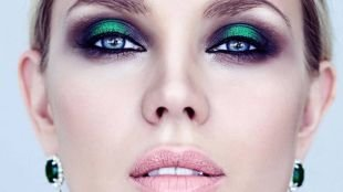 Макияж для блондинок с голубыми глазами, насыщенный вечерний мейкап с изумрудными тенями