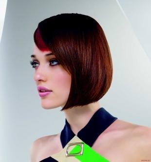 Коричневый цвет волос, стильное каре средней длины