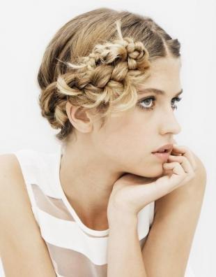 Натурально русый цвет волос, милая прическа с косичкой, уложенной в пучок
