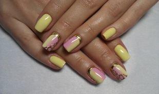 Рисунки фольгой на ногтях, желто-розовый омбре-маникюр с использованием фольги