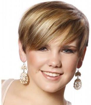 Цвет волос шоколадный блондин, короткая стрижка для круглого лица