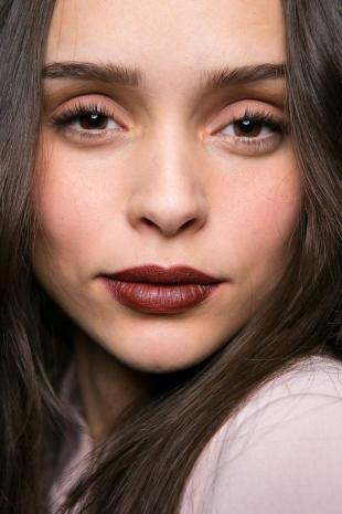 Макияж в цветах марсала, легкий вечерний макияж для глубоко посаженных глаз