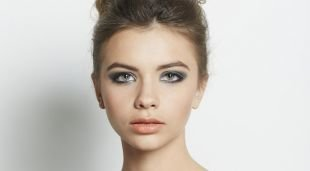 Свадебный макияж для серых глаз, макияж для серых глаз с серыми перламутровыми тенями и помадой натурального оттенка