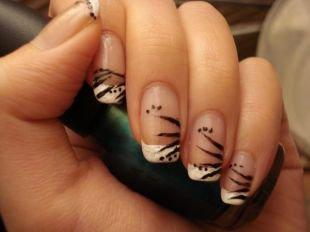 Дизайн коротких ногтей, классический френч белым лаком с черными штрихами