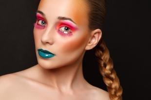 Авангардный макияж, яркий макияж на хэллоуин с розовыми тенями и голубой помадой