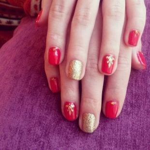 Маникюр на осень, маникюр на короткие ногти с красным и золотистым песочным лаком
