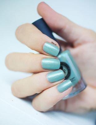 Маникюр на море, изящный голубой блестящий маникюр на коротких ногтях