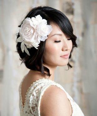 Свадебные прически с цветами, свадебная прическа на короткие волосы