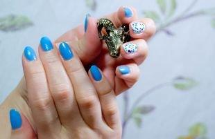 Маникюр шеллак, бело-голубой маникюр с разноцветным горошком