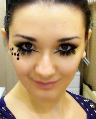 Карнавальный макияж, яркий макияж с накладными ресницами и наклейками