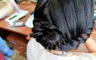 Иссиня-черный цвет волос, модная прическа на школьный праздник