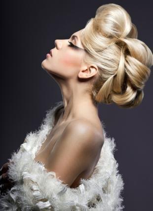 Цвет волос перламутровый блондин, профессиональная вечерняя прическа на длинные волосы