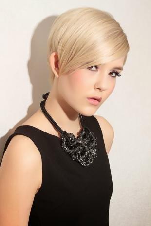 Цвет волос холодный блонд, стильная короткая стрижка с длинной челкой