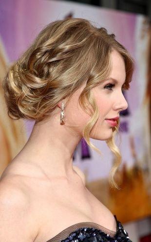 Цвет волос темный блондин, женственная прическа с выпущенными прядями