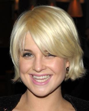 Перламутровый цвет волос, короткая стрижка для полного лица
