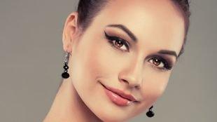 Темный макияж для карих глаз, макияж со стрелкой