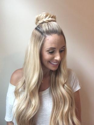 Цвет волос холодный блонд, распущенные волосы с пучком-косой на макушке