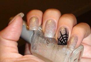 Легкие рисунки на ногтях, серебристый маникюр с черной паутиной на одном ногте