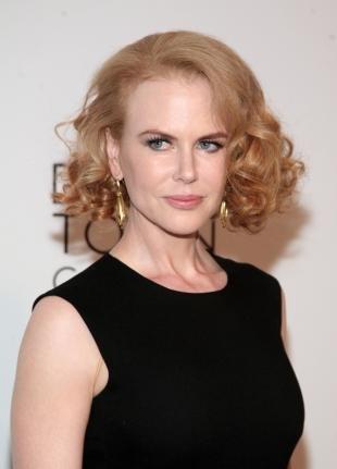 Цвет волос карамельный блондин на средние волосы, стильная вечерняя прическа для женщин после 40 лет