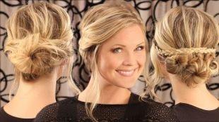 Цвет волос натуральный блондин, прическа из трех низких пучков с плетением