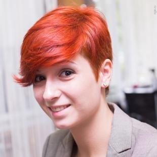 Ярко рыжий цвет волос, модная укладка короткой стрижки