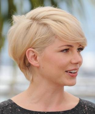 Перламутровый цвет волос, стильная стрижка пикси для круглого лица