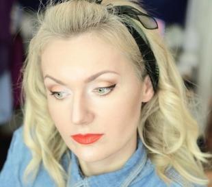 Макияж для блондинок с красной помадой, ретро-макияж с черными стрелками и красной помадой