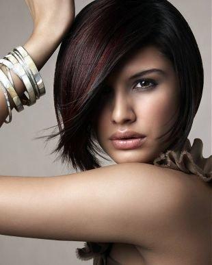 Модные женские прически на короткие волосы, стрижка - прическа каре с косой челкой